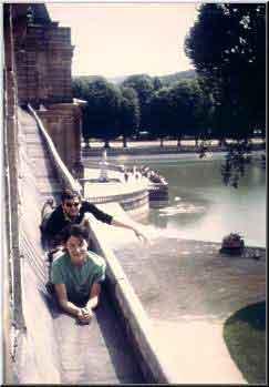 Thérèse Brenet sur le toit du chateau de Fontainebleu avec Michel Decoust pendant le concours pour le Prix de Rome, 1964